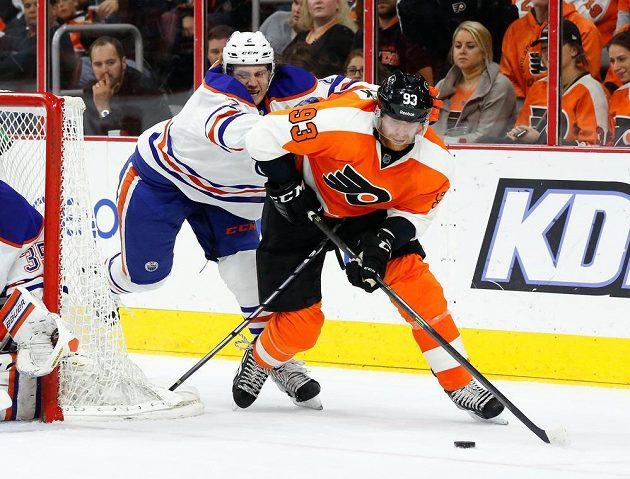 Obránce Edmontonu Jeff Petry (vlevo) se snaží zastavit útočníka Philadelphie Jakuba Voráčka.