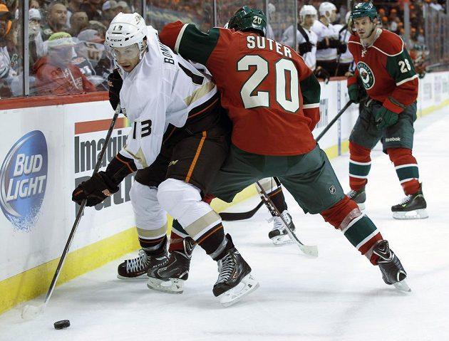 Podle mnohých jeden z nejlepších obránců NHL Suter z Minnesoty blokuje Bonina z Anaheimu. Z výhry v prodloužení se nakonec radovali hostující Ducks.