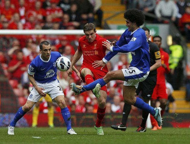 Liverpoolský Jordan Henderson (uprostřed) v souboji s Marouanem Fellainim (vpravo) a Leonem Osmanem z Evertonu.