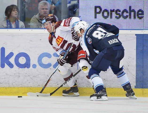 Zleva Petr Zámorský ze Sparty a Jaroslav Kracík z HC Plzeň.