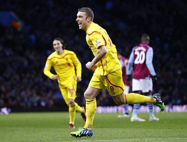 Rickie Lambert z Liverpoolu se raduje ze svého gólu ve Villa Parku.