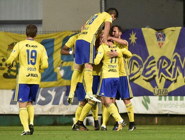 Fotbalisté Zlína se radují z gólu na 1:1 v duelu se Slavií.