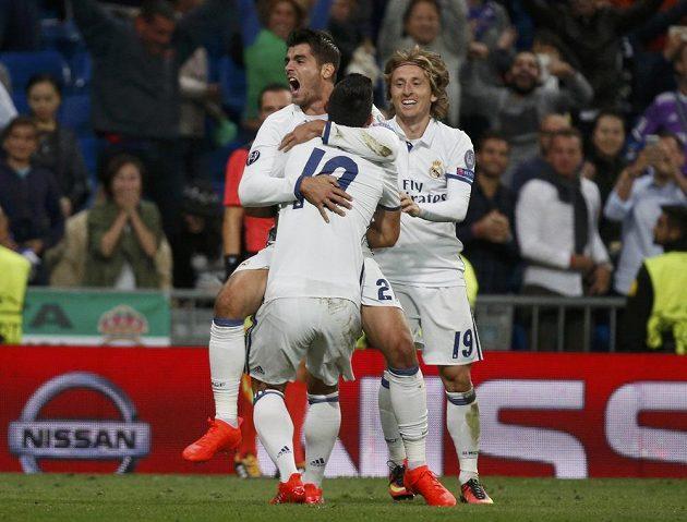 Álvaro Morata (vlevo) a jeho spoluhráči James Rodriguez a Luka Modric se radují z vítězného gólu proti Sportingu.