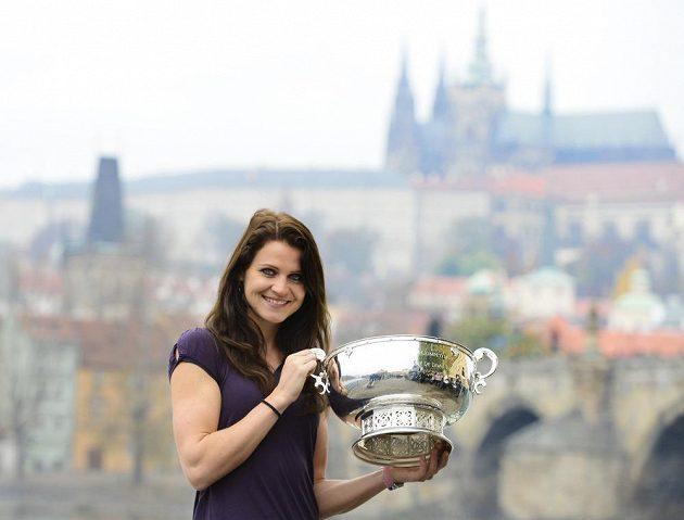 Lucie Šafářová ukazuje pohár pro vítězky Fed Cupu.