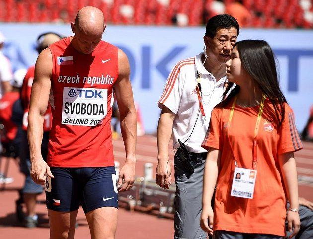 Český závodník Petr Svoboda (vlevo) po diskvalifikaci v rozběhu na 110 metrů překážek. Zklamání však záhy vystřídala radost z dodatečného postupu.