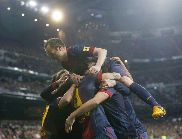 Andres Iniesta na vrcholu pyramidy hráčů Barcelony, kteří oslavují gól Cesca Fábregase proti Realu Madrid.