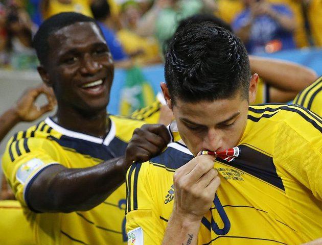James Rodríguez líbá reprezentační dres poté, co otevřel skóre osmifinálového duelu s Uruguayí.