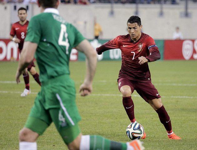 Uzdravený Cristiano Ronaldo se pouští do obrany Irska.