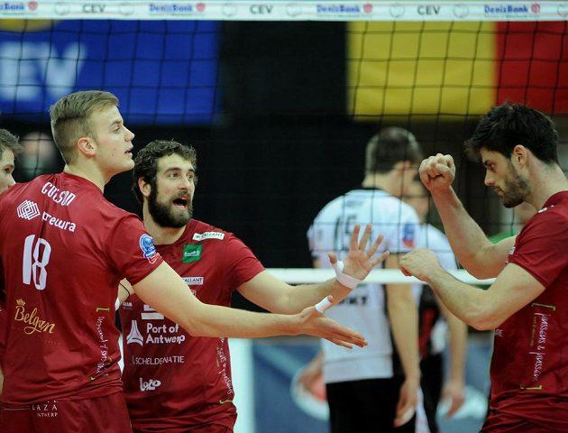 Volejbalisté týmu Precura Antverpy se radují z vítězství nad Českými Budějovicemi.