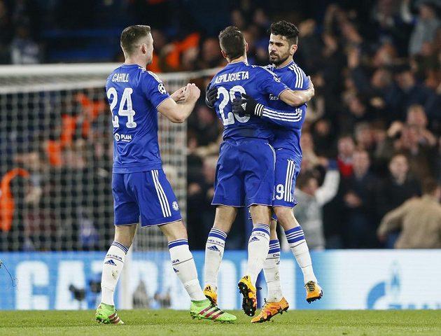 Radost hráčů Chelsea. Diego Costa přijímá gratulace po vyrovnávací brance proti PSG.