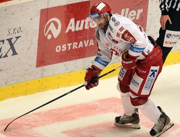 Zbyněk Irgl z Třince, který po vstřelení prvního gólu bolestivě narazil do branky, míří na střídačku.