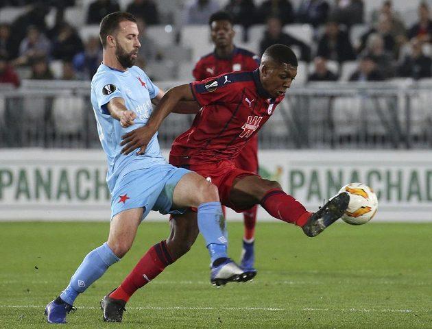 Fotbalista Slavie Josef Hušbauer (vlevo) se snaží dostat k míči přes Samuela Kalua z Bordeaux v utkání Evropské ligy.