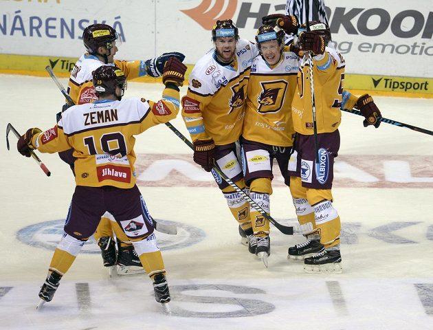 Jihlavský Erik De La Rose (druhý zprava) se raduje z gólu na ledě Sparty.