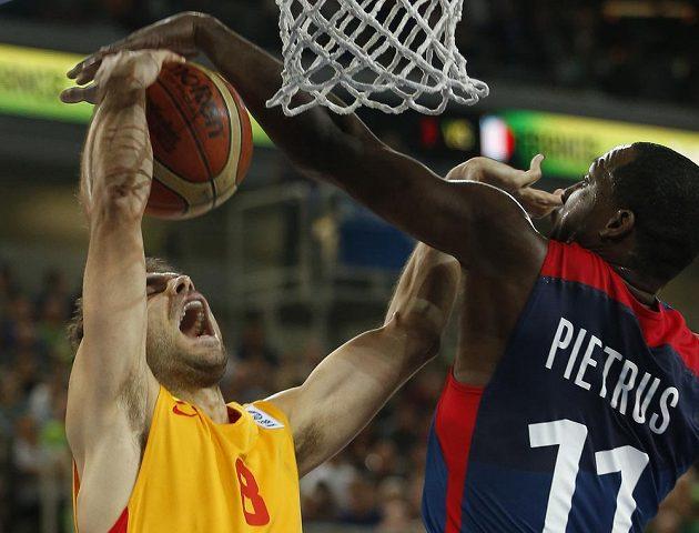 Francouz Florent Pietrus (vpravo) blokuje pokus Josého Calderona z týmu Španělska v semifinále ME.