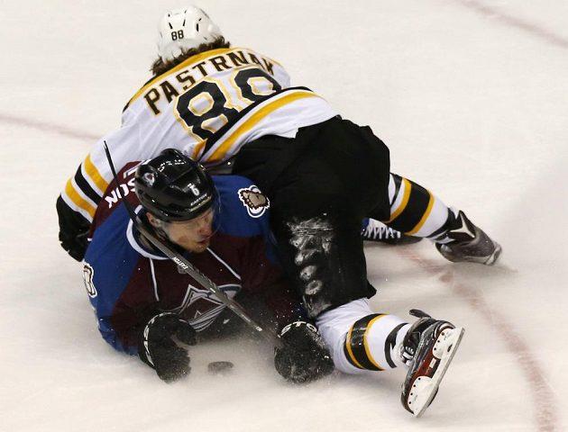 Útočník Bostonu David Pastrňák v souboji s obráncem Colorada Erikem Johnsonem.