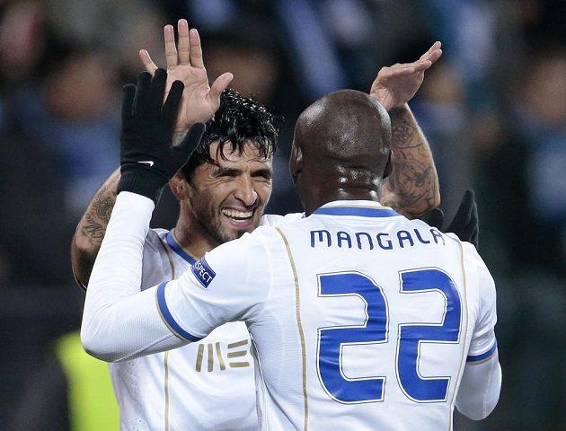 Záložník Porta Lucho González a Eliaquim Mangala slaví gól na hřišti Zenitu Petrohrad.