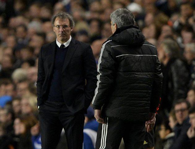 Kouč Chelsea Jose Mourinho (vpravo) hledí směrem k Laurentu Blankovi z PSG v odvetě čtvrtfinále Ligy mistrů.
