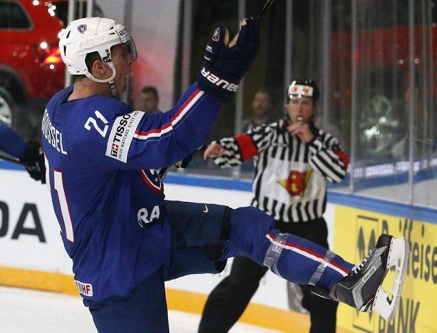 Francouzský útočník Antoine Roussel se raduje z gólu proti Finsku.