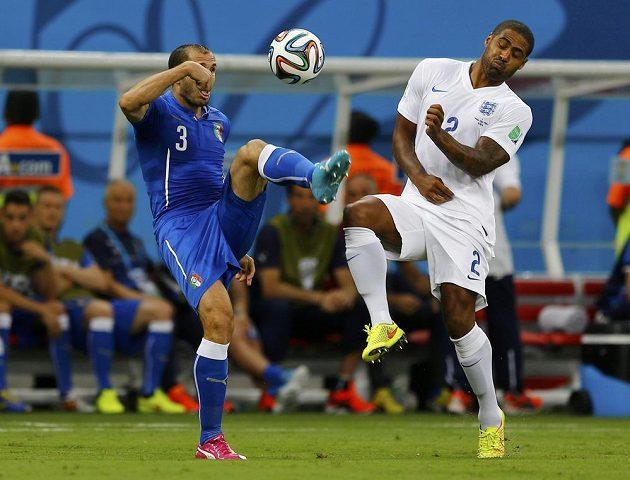 Ital Giorgio Chiellini (vlevo) bojuje o míč s Glenem Johnsonem z Anglie v duelu skupiny D v Manausu.
