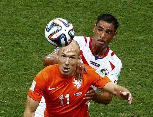 Arjen Robben zaměstnával často kostarickou obranu, často byl k vidění v souboji s Michaelem Umaňou.