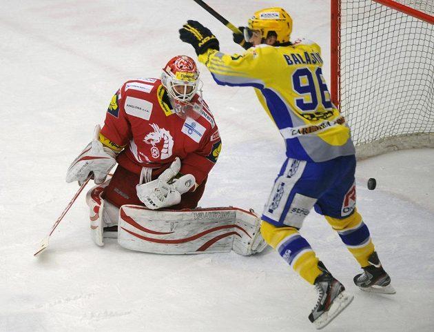 Třinecký brankář Šimon Hrubec (vlevo) inkasuje gól na ledě Zlína, vpravo se raduje domácí Jaroslav Balaštík.