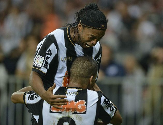 Nadšený Leonardo Silva (zády) slaví s Ronaldinhem druhý gól Mineira do sítě Olimpie Asunción.