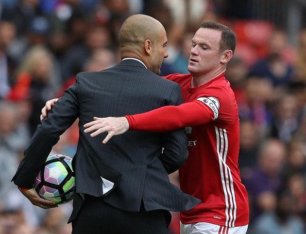 Kapitán Manchesteru United Wayne Rooney se sápe po míči, který mu Pep Guardiola nechce dát.