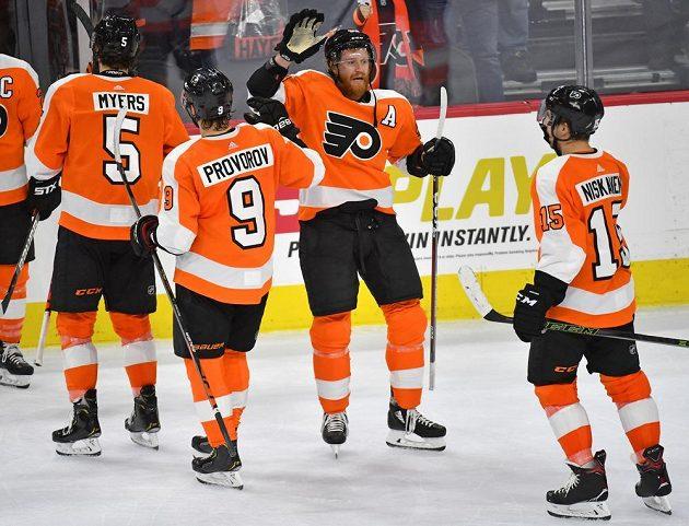 Hokejisté Philadelphie se radují z vítězství nad Pittsburghem