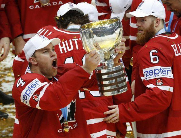 Kanaďan Taylor Hall třímá pohár mistrů světa...