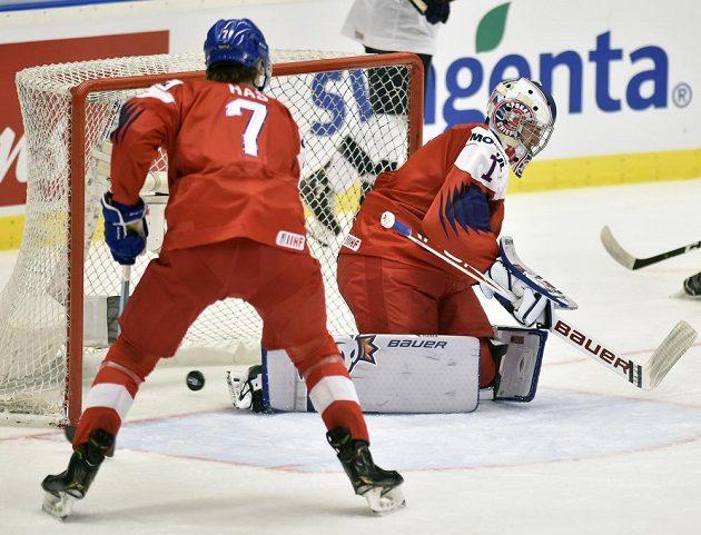 Český brankář Lukáš Pařík inkasuje úvodní gól v duelu s USA.