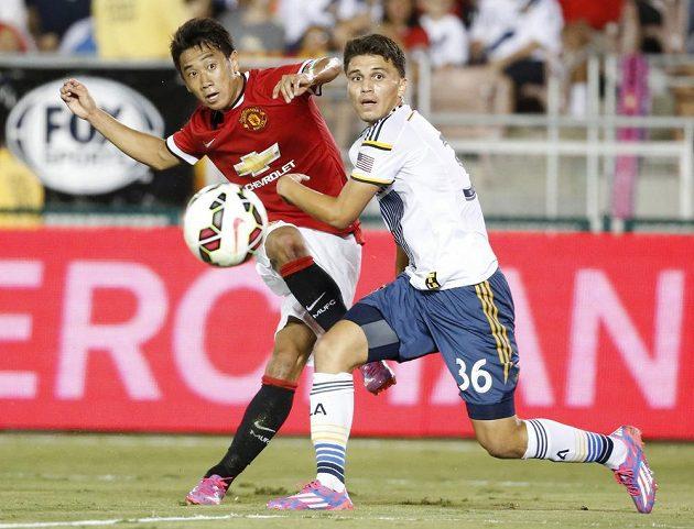 Záložník Manchesteru United Šindži Kagawa (vlevo) a Oscar Sorto z Los Angeles Galaxy.