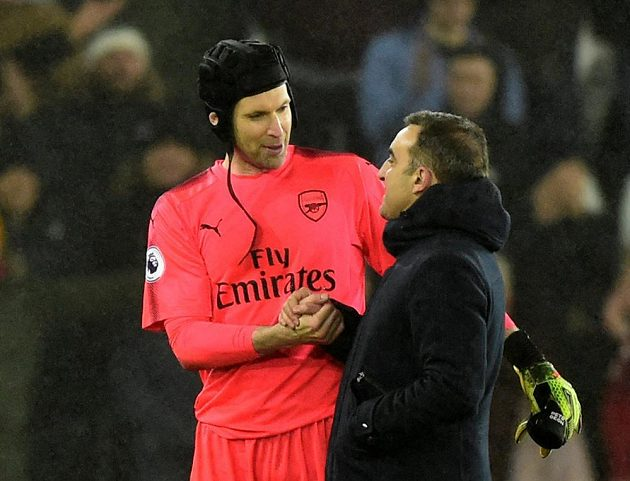 Gólman Arsenalu Petr Čech po prohraném utkání na půdě Swansea prohodil pár slov s manažerem soupeře Carlosem Carvalhalem a věnoval mu svůj dres.