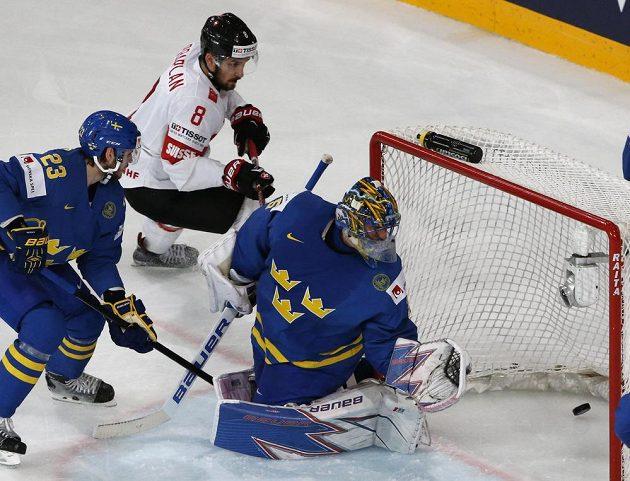 Švédský brankář Henrik Lundqvist inkasuje gól ve čtvrtfinále mistrovství světa se Švýcarskem.