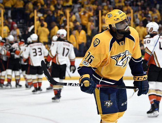 Hokejista Nashville Predators P.K. Subban neskrývá zklamání poté, co nešťastnou tečí do vlastní sítě rozhodl v prodloužení o výhře Anaheimu Ducks.