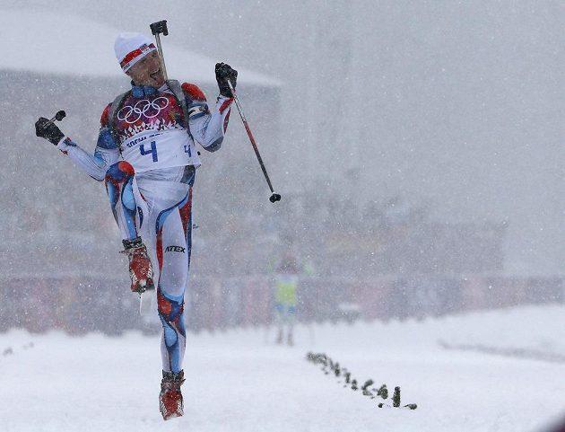 Biatlonista Ondřej Moravec se raduje z bronzové medaili z masového startu.