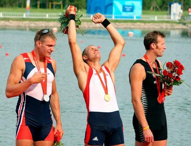 První olympijské stříbro Ondřeje Synka na hrách v Pekingu. Uprostřed zlatý Nor Tufte, vpravo další z osudových soupeřů českého veslaře Mahe Drysdale z Nového Zélandu.