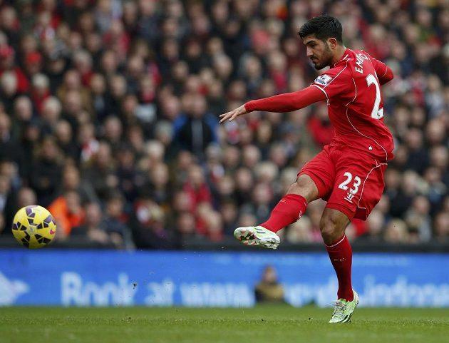 Liverpoolský Emre Can střílí a po teči z toho byl v utkání s Chelsea gól.