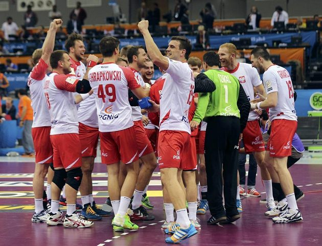 Polští házenkáři slaví výhru nad Švédskem a postup do čtvrtfinále MS.