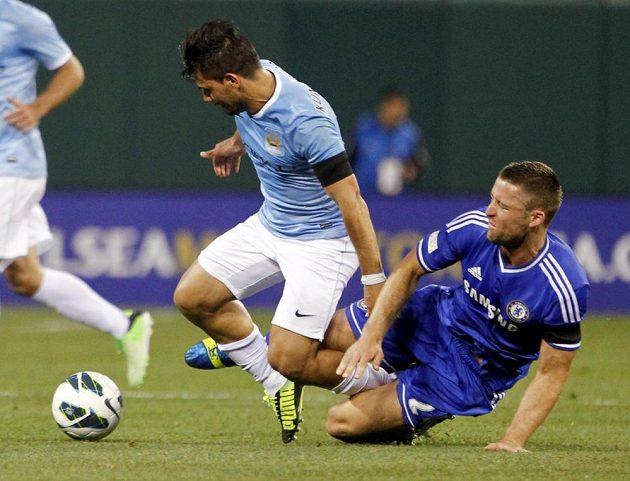 Gary Cahill (vpravo) z Chelsea zastahuje Sergia Agüera z Manchesteru City.