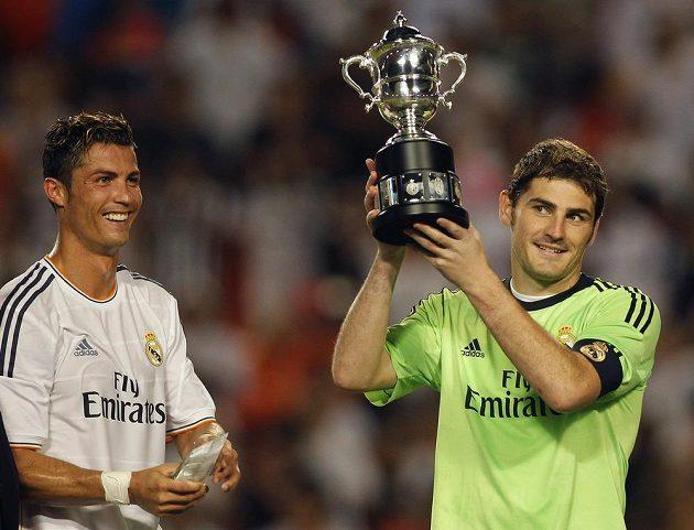 Brankář Realu Madrid Iker Casillas (vpravo) s trofejí pro vítěze turnaje International Champions Cup.
