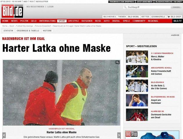 Bez vlasů, bez čepice a hlavně bez masky, píše o zraněném Latkovi obdivně Bild.