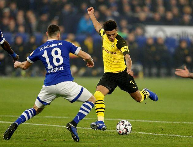 Jadon Sancho z Borussie Dortmund střílí na branku Schalke.