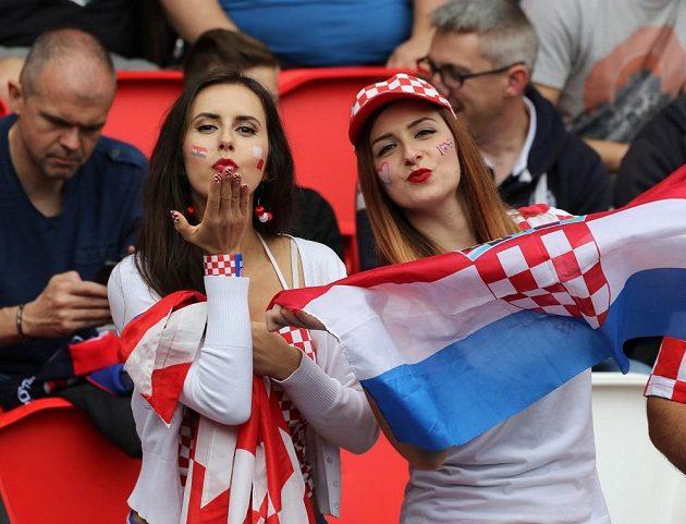 Chorvatské fanynky během duelu s Tureckem.