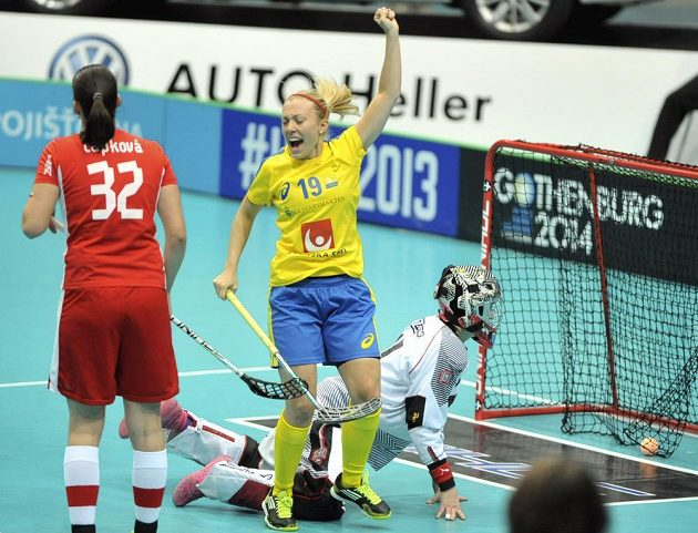 Emelie Lindströmová se raduje z gólu. Vlevo Martina Čapková, vpravo brankářka Jana Christianová.
