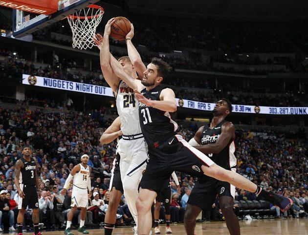Tomáš Satoranský si v utkání NBA plní i obranné úkoly.