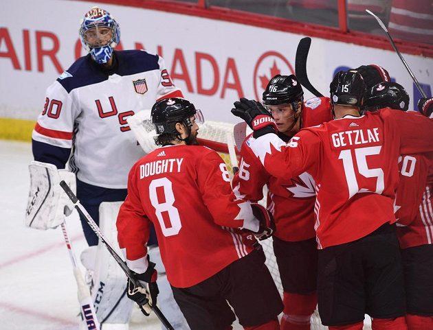 Hokejisté Kanady slaví gól do sítě USA.
