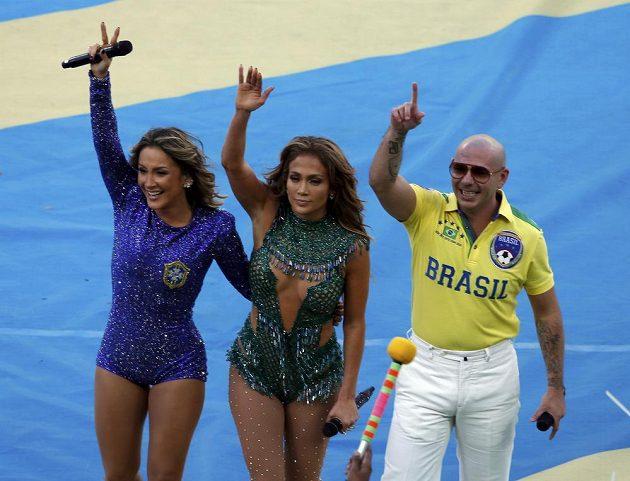 Brazilská zpěvačka Claudia Leitteová (zcela vlevo), americká zpěvačka Jennifer Lopezová (uprostřed) a rapper Pitbull během zahajovacího ceremoniálu.