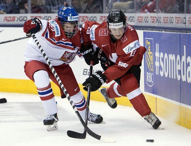 Švýcarský útočník Luca Hischier (vpravo) v souboji s českým forvardem Davidem Kašem.