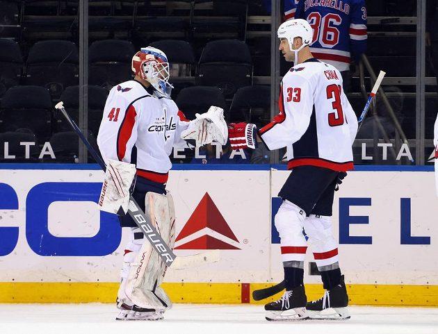 Brankář Washingtonu Capitals Vítek Vaněček sice třikrát inkasoval v utkání NHL s Rangers, na konci ale mohl slavit se slovenským obráncem Zdenem Chárou výhru 6:3.