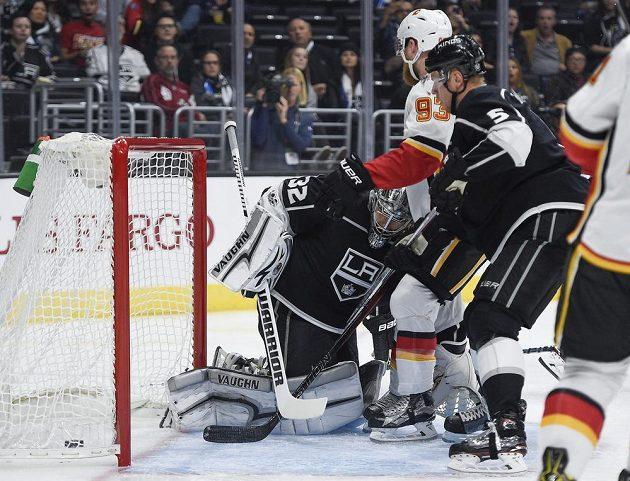 Puk je v síti Los Angeles. Hokejisté Calgary Flames se mohli radovat po trefě Matthew Tkachuka.